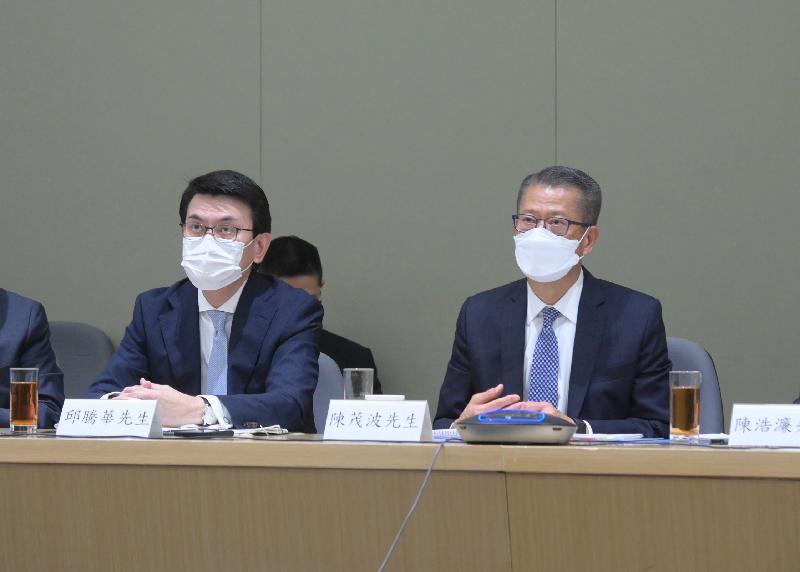 財政司司長陳茂波(右)今日(七月十二日)聯同商務及經濟發展局局長邱騰華出席支持香港全面參與和助力「一帶一路」建設聯席會議第四次會議。