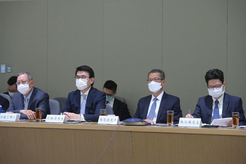 財政司司長陳茂波(右二)今日(七月十二日)聯同商務及經濟發展局局長邱騰華(左二)出席支持香港全面參與和助力「一帶一路」建設聯席會議第四次會議。財經事務及庫務局副局長陳浩濂(右一)和香港貿易發展局主席林建岳博士(左一)亦有出席。