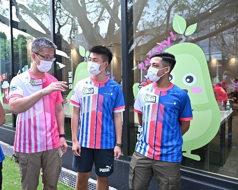少年警訊夏令營開展禮今日(七月十二日)舉行。圖示警務處處長蕭澤頤(左一)與參加者交談。