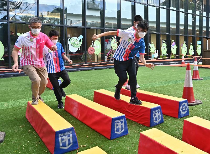少年警訊夏令營開展禮今日(七月十二日)舉行。圖示警務處處長蕭澤頤(左一)與少年警訊會員進行障礙賽。