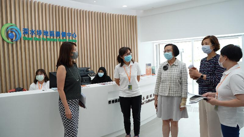 The Secretary for Food and Health, Professor Sophia Chan (third right), inspects Sham Shui Po District Health Centre to learn about the operation and primary healthcare services of the centre this afternoon (July 13).