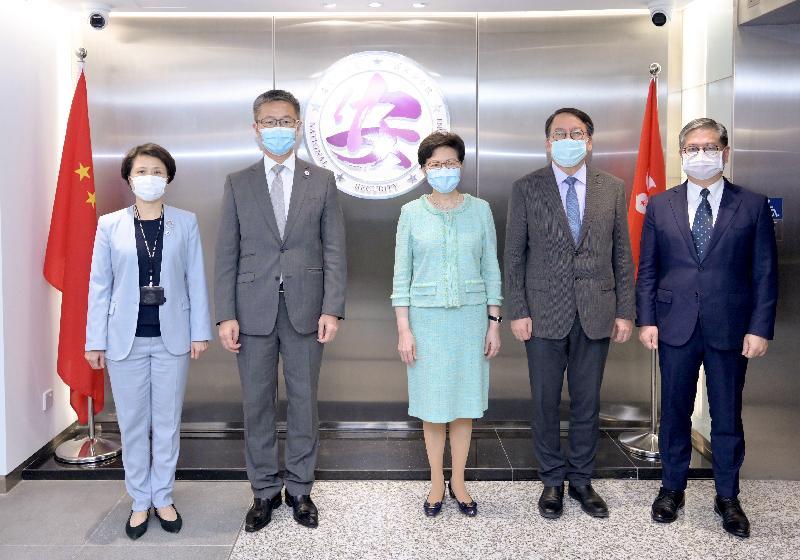 香港特別行政區維護國家安全委員會主席、行政長官林鄭月娥今日(七月十四日)到訪警務處國家安全處。圖示林鄭月娥(中)與警務處處長蕭澤頤(左二)等合照。