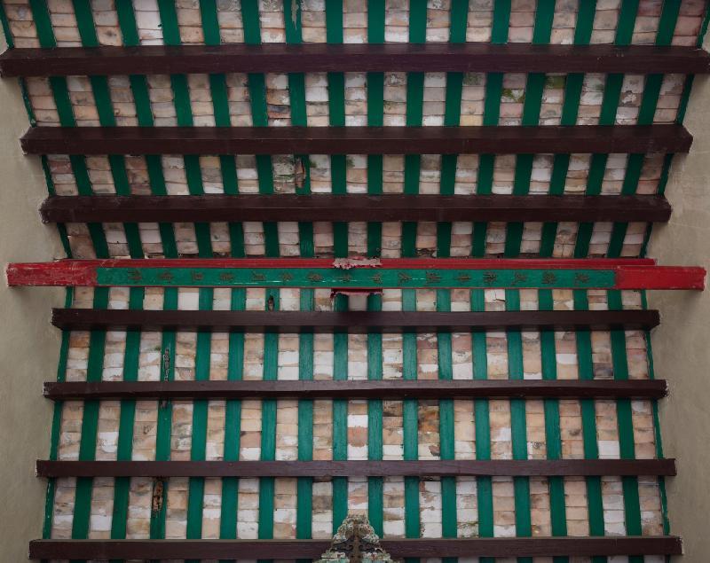 政府今日(七月十六日)刊憲,公布古物事務監督(即發展局局長)根據《古物及古蹟條例》將位於西營盤的般咸道官立小學、大埔的舊大埔警署和沙頭角的協天宮列為法定古蹟。圖示協天宮內原有燈樑刻有「光緒弍拾年歲次甲午季冬月吉旦重修」,即一八九四年。