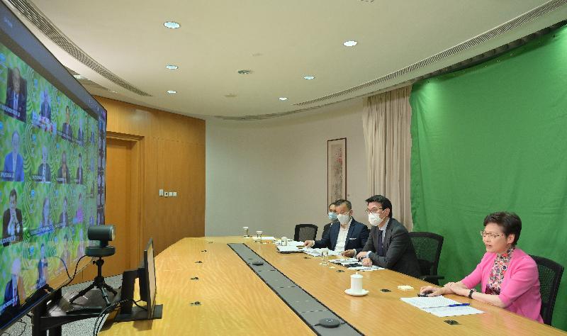 行政長官林鄭月娥今晚(七月十六日)出席以視像方式舉行的亞太區經濟合作組織領導人非正式會議。旁為商務及經濟發展局局長邱騰華 。