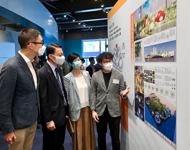 香港科學館及香港歷史博物館擴建工程「1+1設計比賽」所有參賽作品今日(七月十七日)起在香港科學館展出。圖示「1+1設計比賽」評審委員長蘇彰德(左一)、康樂及文化事務署署長劉明光(左二)及建築署署長何永賢(左三)參觀得獎作品展覽專區,並與比賽乙部得獎團隊的代表交談。