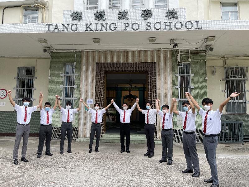 創新及科技局局長薛永恒(中)今日( 七月十七日)探訪母校鄧鏡波學校,為應屆中學文憑試師弟打氣。