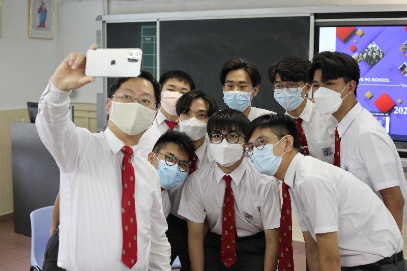 創新及科技局局長薛永恒(左一)今日( 七月十七日)探訪母校鄧鏡波學校,並與應屆中學文憑試師弟自拍留念。