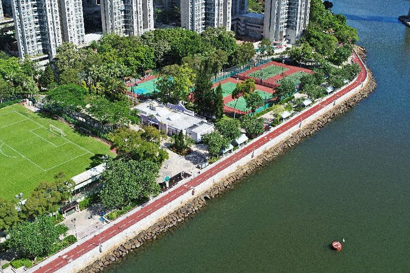 土木工程拓展署今日(七月十九日)公布,位於荃灣海濱的單車徑及單車匯合中心全面開通。圖為毗鄰荃灣海濱公園的單車徑。