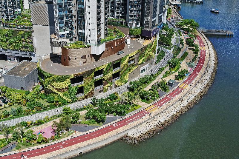 土木工程拓展署今日(七月十九日)公布,位於荃灣海濱的單車徑及單車匯合中心全面開通。圖為途經荃灣公園的單車徑。