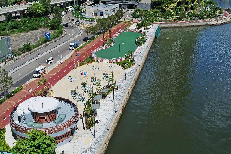 土木工程拓展署今日(七月十九日)公布,位於荃灣海濱的單車徑及單車匯合中心全面開通。圖為位於海興路的單車匯合中心。