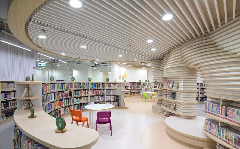 秀茂坪公共圖書館星期五(七月二十三日)遷往新址,並於同日開放。圖示新圖書館內的兒童圖書館。