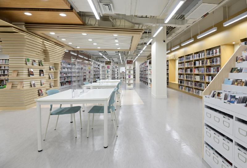秀茂坪公共圖書館星期五(七月二十三日)遷往新址,並於同日開放。圖示新圖書館內的成人圖書館。