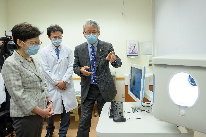 行政長官林鄭月娥今日(七月十九日)到訪香港浸會大學。圖示林鄭月娥(左一)聽取中醫藥學院人員介紹中醫四診儀。
