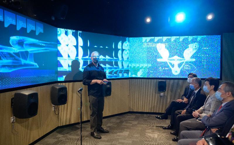 行政長官林鄭月娥今日(七月十九日)到訪香港浸會大學。圖示林鄭月娥(右二)參觀科藝交融實驗室,聽取有關創意媒體研究的介紹。