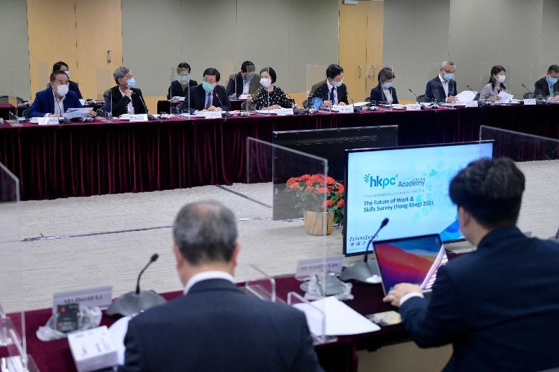 政務司司長李家超(前排左三)今日(七月二十日)下午主持第二屆人力資源規劃委員會第五次會議。