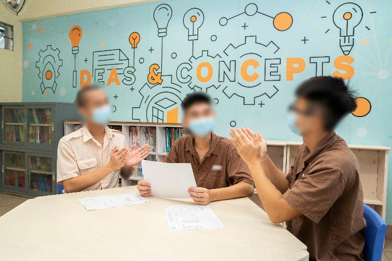 今年共有七名青少年在囚人士報考香港中學文憑考試。圖示壁屋懲教所青少年在囚人士一起分享考試的心得。