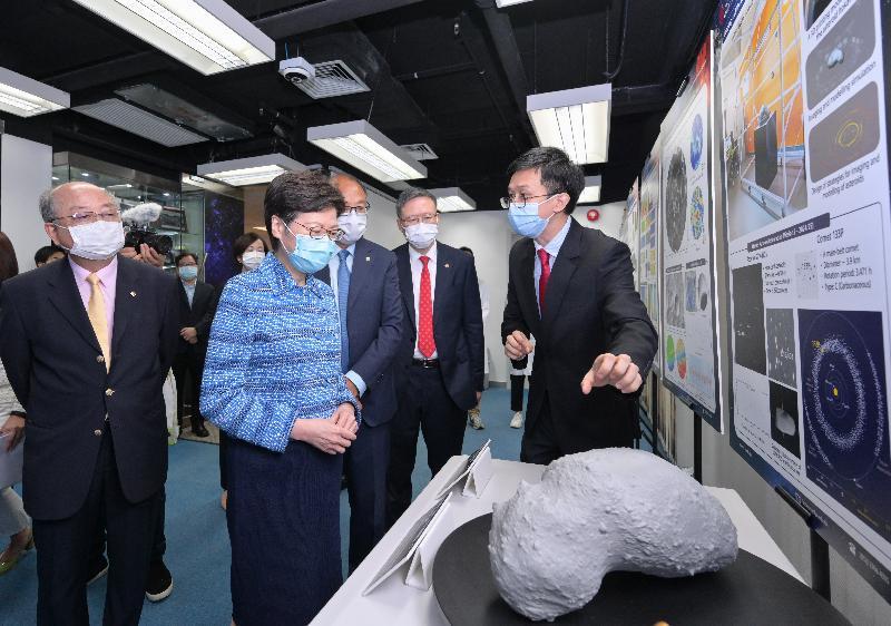 行政長官林鄭月娥今日(七月二十三日)到訪香港理工大學(理大)。圖示林鄭月娥(左二)在理大校董會主席林大輝博士(左三)和校長滕錦光教授(右二)陪同下,參觀深空探測研究中心。