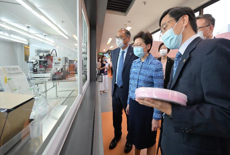 行政長官林鄭月娥今日(七月二十三日)到訪香港理工大學(理大)。圖示林鄭月娥(左二)在理大校董會主席林大輝博士(左三)陪同下,參觀材料與器件中心實驗室的潔淨室實驗室。