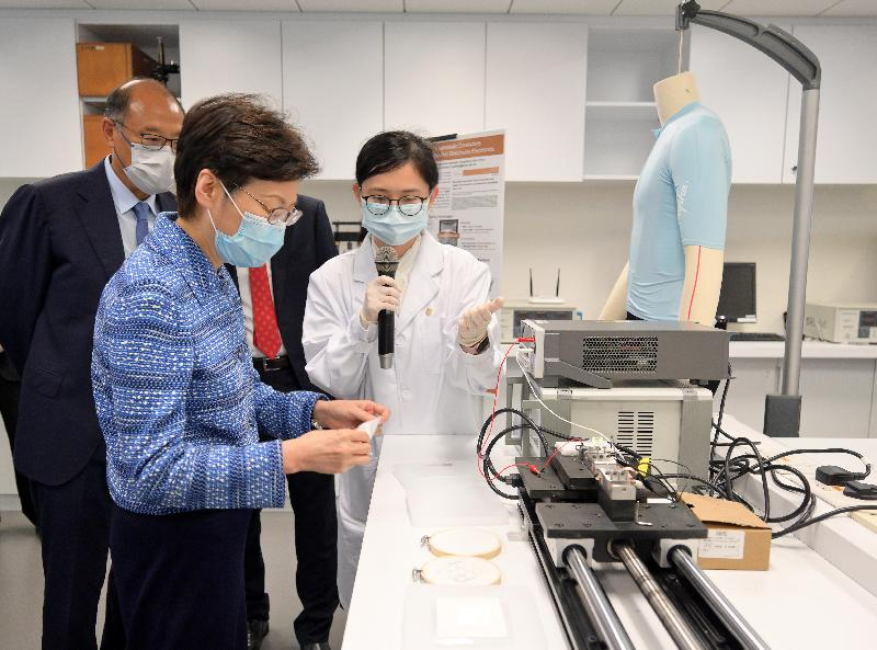 行政長官林鄭月娥今日(七月二十三日)到訪香港理工大學(理大)。圖示林鄭月娥(左二)在理大校董會主席林大輝博士(左一)陪同下,參觀材料科學實驗室。