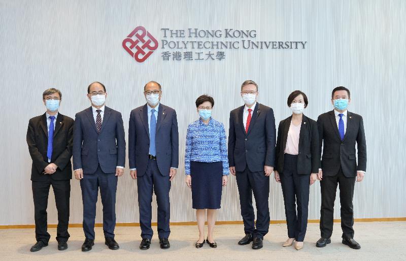 行政長官林鄭月娥今日(七月二十三日)到訪香港理工大學(理大)。圖示林鄭月娥(中)與理大高層合照。