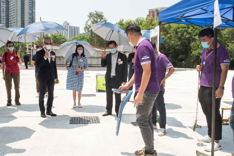 「Q-Leak」地下水管測漏中心開幕典禮今日(七月二十六日)舉行。水務署署長盧國華(左二)及其他嘉賓在參觀中心期間聽取職員講解滲漏檢測技術。