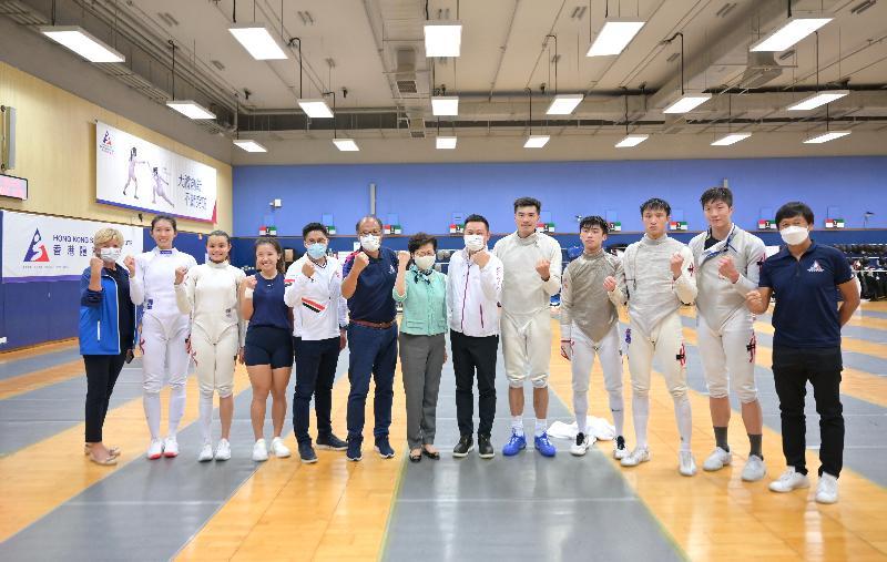 行政長官林鄭月娥(中)早前到訪香港體育學院,了解運動員積極備戰東京奧運會的情況,並為劍擊隊運動員打氣。