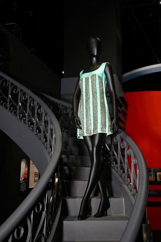 「瞧潮香港60+」展覽開幕典禮今日(七月二十七日)在香港文化博物館舉行。圖示演員蕭芳芳博士捐出的珠片迷你裙,她曾於粵語歌舞片中穿着該服飾。