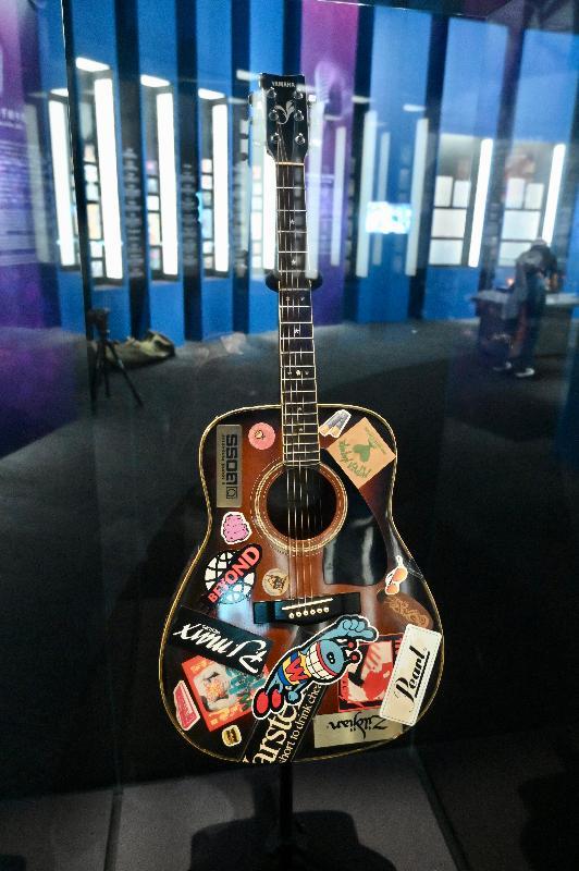 「瞧潮香港60+」展覽開幕典禮今日(七月二十七日)在香港文化博物館舉行。圖示已故歌手黃家駒買下的第一支木結他,結他由他的弟弟黃家強捐出。