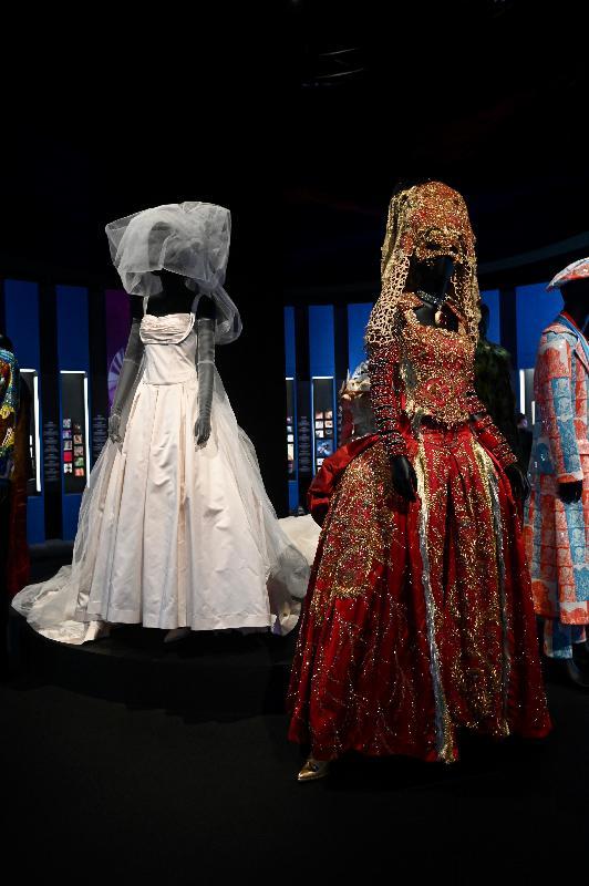 「瞧潮香港60+」展覽開幕典禮今日(七月二十七日)在香港文化博物館舉行。圖示已故歌手梅艷芳在其最後一場演唱會中曾穿着的白色婚紗和西式紅金裙褂。展品由設計師劉培基捐贈。