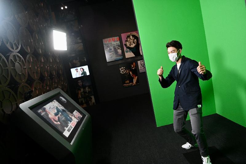 「瞧潮香港60+」展覽開幕典禮今日(七月二十七日)在香港文化博物館舉行。圖示展覽內的電影場景互動拍照區,讓訪客化身成經典港產電影中的角色並拍照留念。