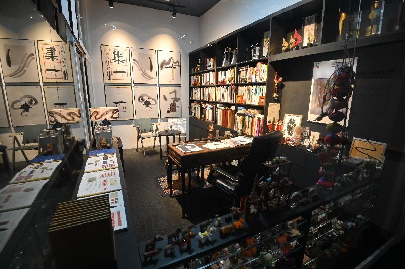 「瞧潮香港60+」展覽開幕典禮今日(七月二十七日)在香港文化博物館舉行。圖示設計師靳埭強的工作室,展示了他設計的海報作品、獎座及藏書。