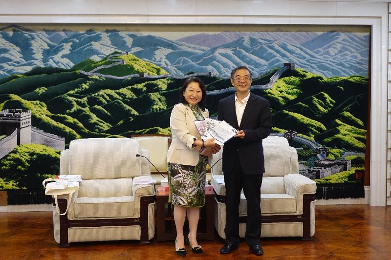 律政司司長鄭若驊資深大律師(左)今日(七月二十八日)下午在北京與最高人民法院院長周強(右)會面。