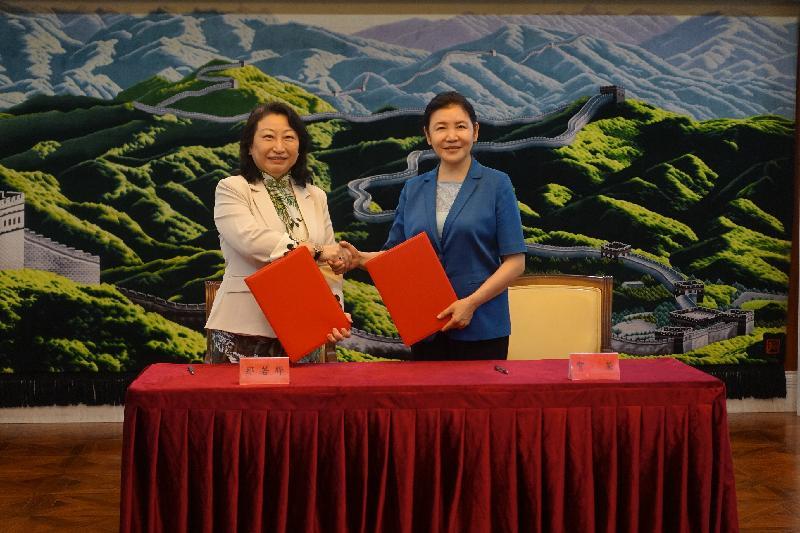 律政司司長鄭若驊資深大律師(左)今日(七月二十八日)下午在北京與最高人民法院常務副院長賀榮(右)簽署加強交流合作的會談紀要。