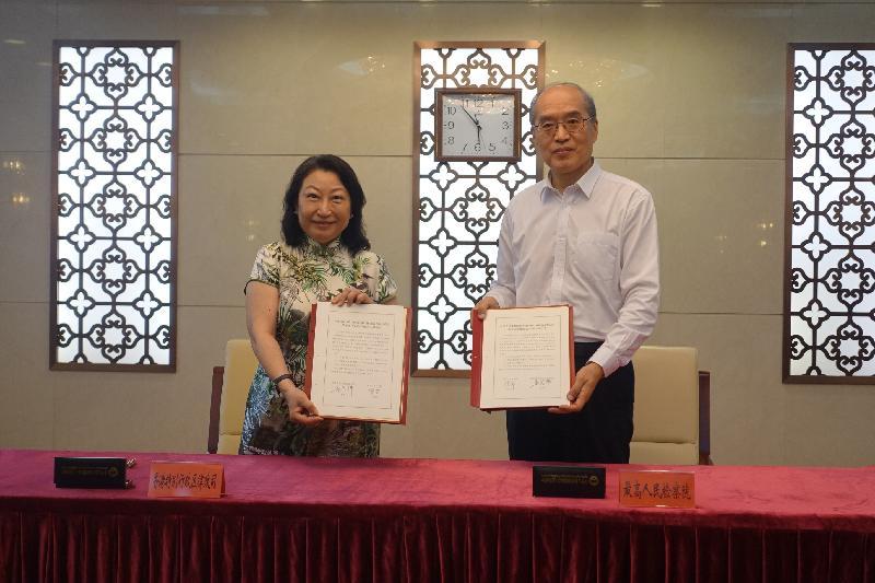 律政司司長鄭若驊資深大律師(左)今日(七月二十八日)下午在北京與最高人民檢察院檢察長張軍(右)簽署會談紀要。