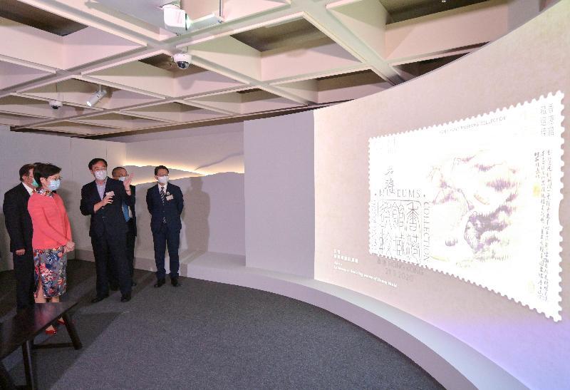 行政長官林鄭月娥今日(七月二十八日)出席至樂樓藏中國書畫第二次捐贈儀式。圖示林鄭月娥(左二)欣賞收藏品。