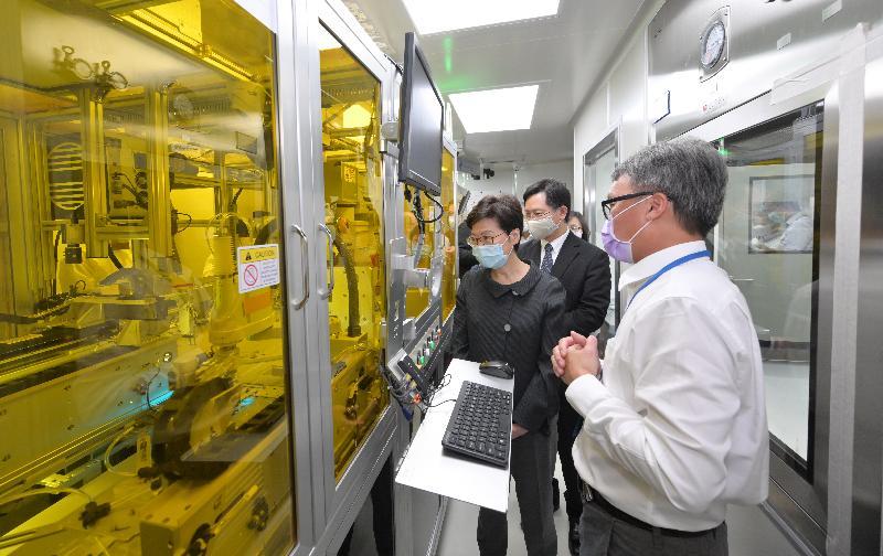 行政長官林鄭月娥今日(七月二十九日)到訪火炭一家本地生物科技公司。圖示林鄭月娥(左一)在創新及科技局局長薛永恒(左二)陪同下,參觀該公司的自動化生產線。