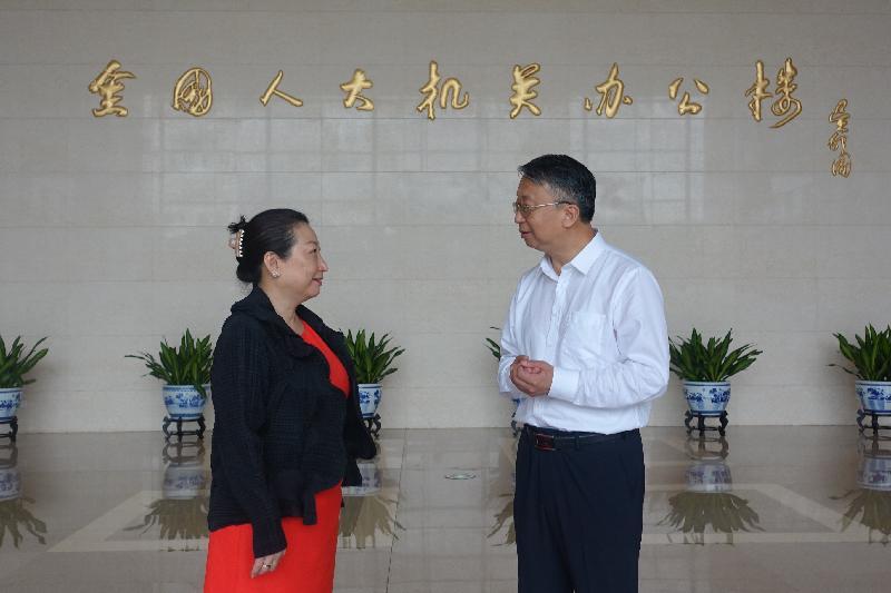 律政司司長鄭若驊資深大律師(左)今日(七月二十九日)上午在北京與全國人民代表大會常務委員會香港特別行政區基本法委員會主任沈春耀(右)會面時,指出律政司現正透過不同方式的活動向青少年,特別是學生,灌輸正確的《憲法》、《基本法》和《香港國安法》基本觀念。
