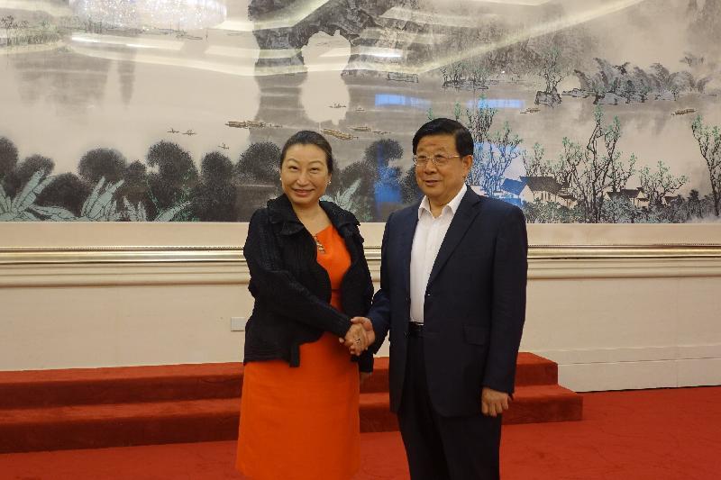 律政司司長鄭若驊資深大律師(左)今日(七月二十九日)上午在北京與公安部部長趙克志(右)會晤,介紹《香港國安法》在香港落實後的最新情況。