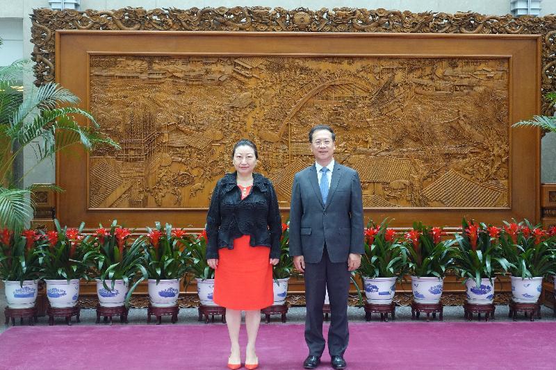 律政司司長鄭若驊資深大律師(左)今日(七月二十九日)下午在北京到訪外交部與副部長馬朝旭(右)會面。