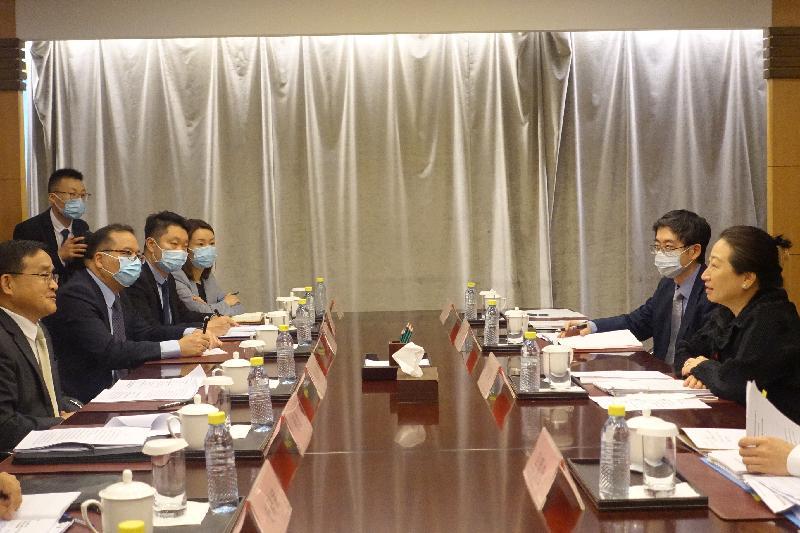 律政司司長鄭若驊資深大律師(右一)今日(七月二十九日)下午在北京外交部出席年度交流,講解香港最新的情況。左一是條約法律司司長賈桂德。