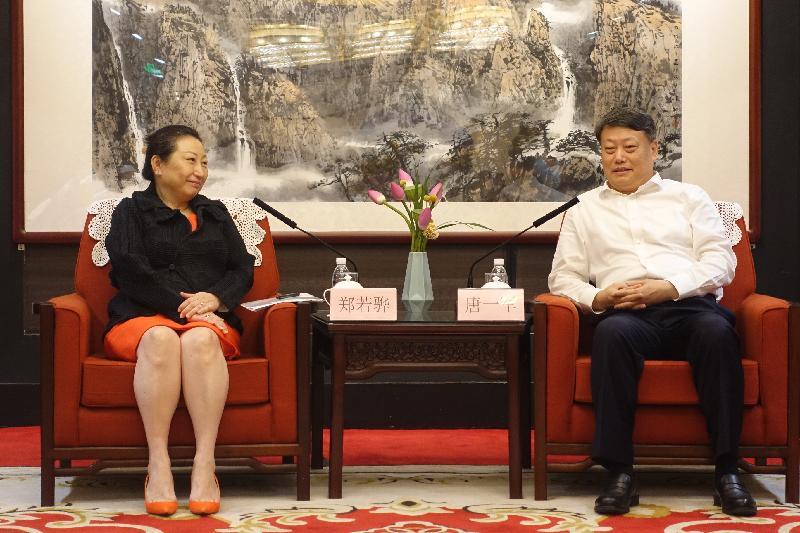 律政司司長鄭若驊資深大律師(左)今日(七月二十九日)下午在北京與司法部部長唐一軍(右)會面。
