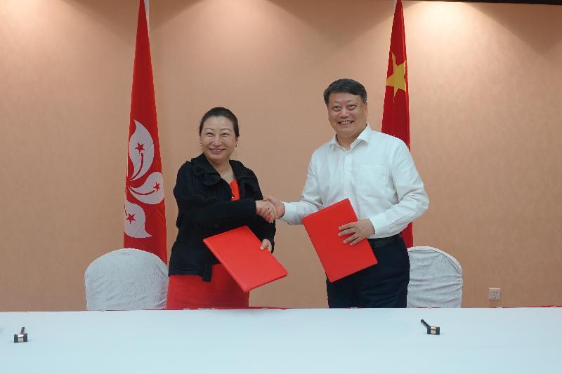 律政司司長鄭若驊資深大律師(左)今日(七月二十九日)下午在北京與司法部部長唐一軍(右)簽署關於法治人才交流培訓合作框架安排。