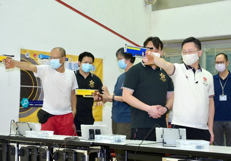 創新及科技局局長薛永恒(右)今日(八月一日)到青衣體育館出席「全民運動日2021」活動,並與市民一同參與奧運射擊同樂活動,傳遞「日日運動半個鐘 健康快樂人輕鬆」的信息。