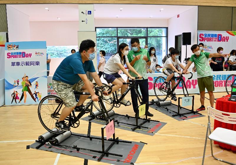 「全民運動日2021」今日(八月一日)舉行,康樂及文化事務署在全港十八區指定體育館舉辦多項免費康體活動供巿民參與。圖示市民參與單車同樂活動。