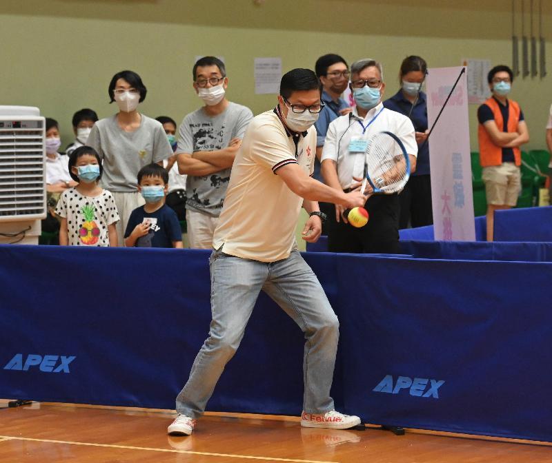保安局局長鄧炳強(中)今日(八月一日)下午到紅磡巿政大廈體育館參與由康樂及文化事務署舉辦的「全民運動日2021」活動。圖示鄧炳強參與小型網球同樂活動。