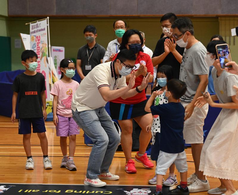 保安局局長鄧炳強(左三)今日(八月一日)下午到紅磡巿政大廈體育館參與由康樂及文化事務署舉辦的「全民運動日2021」活動,與市民分享運動的樂趣。