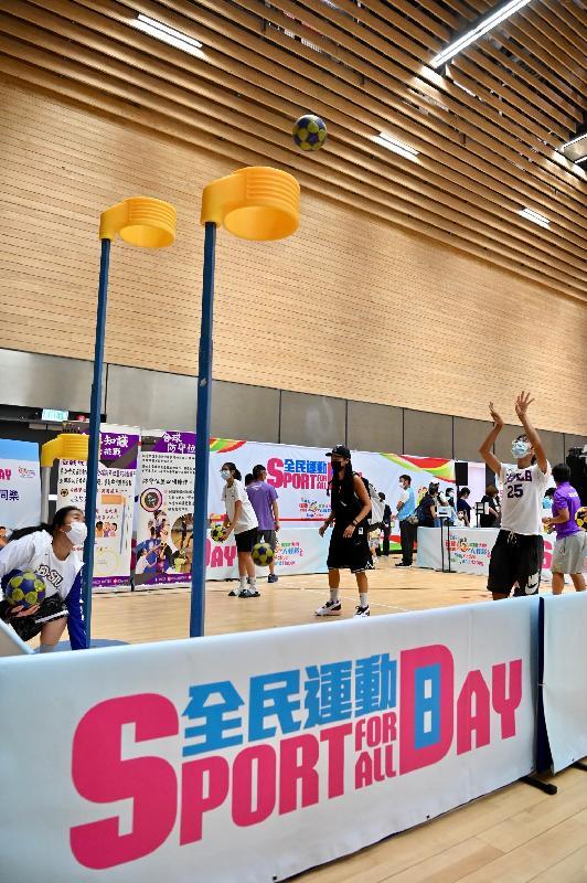 「全民運動日2021」今日(八月一日)舉行,康樂及文化事務署在全港十八區指定體育館舉辦多項免費康體活動供巿民參與。圖示市民參與合球同樂活動。