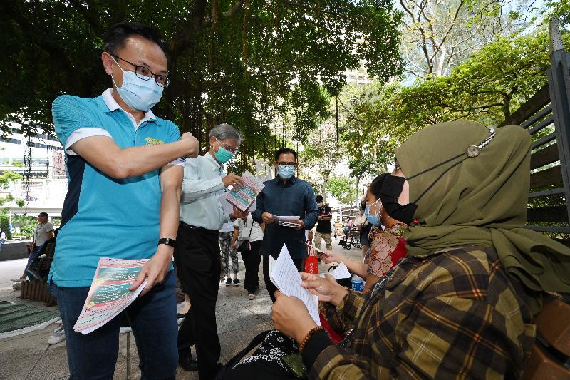 公務員事務局局長聶德權(左一)、勞工及福利局局長羅致光博士(左二),和印度尼西亞共和國駐香港總領事李吉(左三)今日(八月一日)到維多利亞公園派發傳單,呼籲在港的印尼人士接種新冠疫苗。