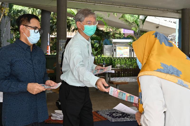 勞工及福利局局長羅致光博士(中),和印度尼西亞共和國駐香港總領事李吉(左)今日(八月一日)到維多利亞公園派發傳單,呼籲在港的印尼人士接種新冠疫苗。