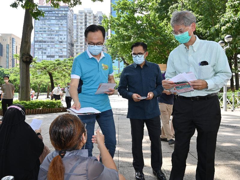 公務員事務局局長聶德權(右三)、勞工及福利局局長羅致光博士(右一),和印度尼西亞共和國駐香港總領事李吉(右二)今日(八月一日)到維多利亞公園派發傳單,呼籲在港的印尼人士接種新冠疫苗。